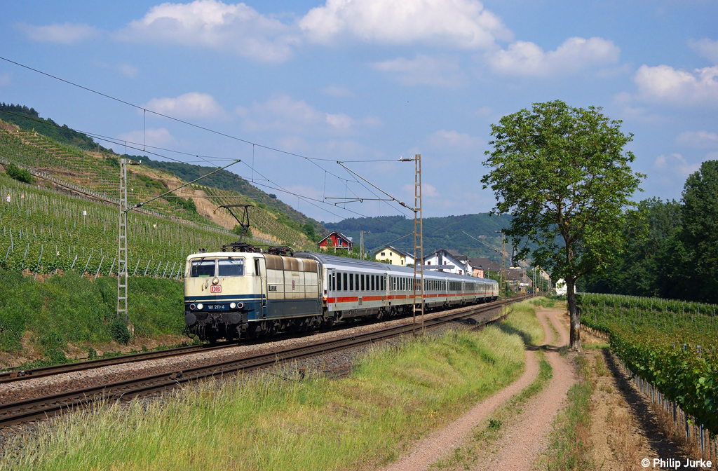 181 211-4 mit dem IC 134 nach Luxembourg am 21.05.2011 in Pommern(Mosel).