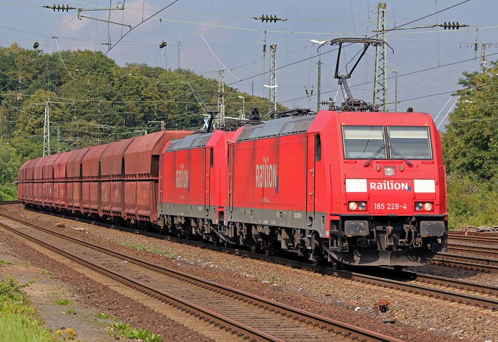 185 228-4 mit 185 xxx-x in Köln West am 17.08.2011