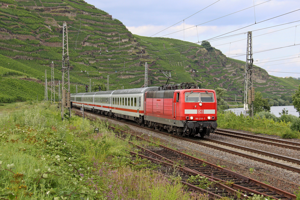 Die 181 219-7 mit IC 132 in Winningen ( Mosel ) am 18,07,12