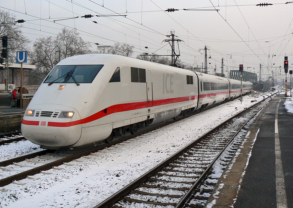 Ein ICE 1 in Köln Messe Deutz am 03.12.2010