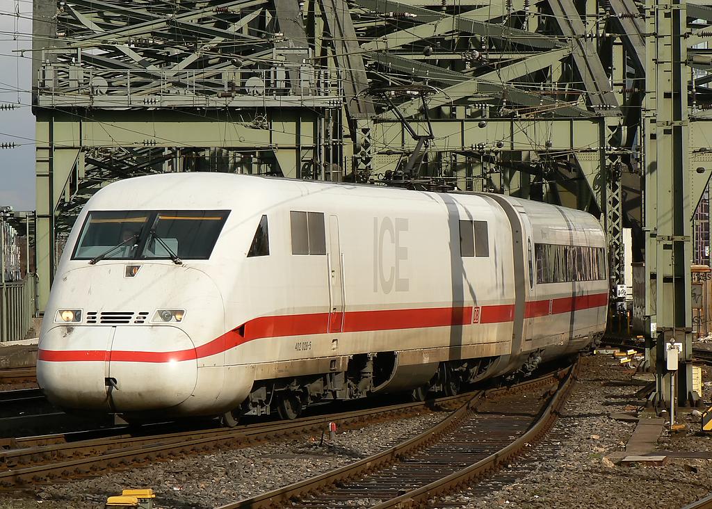 Ein ICE 2 bei der Einfahrt in Köln Hbf am 01042010