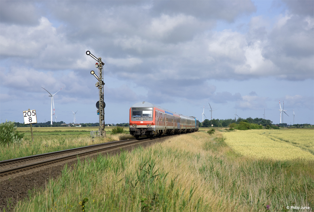 245 210-0 schiebt den RE 11017 (Westerland(Sylt) - Hamburg-Altona) am 06.07.2017 bei Lenshallig.