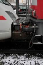 BR 218/48557/ach-ja-diese-ice-411415t-fallen Ach ja diese ICE 411/415T fallen bei diesem Winterwetter immer aus. Hier sieht man in Hanau Hbf den Übergang zwischen 218.8 und dem ICE. Na ja wie gut das es diese Dieseldamen gibt.  Patrick E.