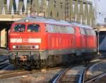 BR 218/57315/218-833-2--218-831-8-fahren 218 833-2 & 218 831-8 fahren aus Köln Deutzerfeld kommend durch Köln/Messe Deutz im letzten Licht des Tages des 6.3.2010